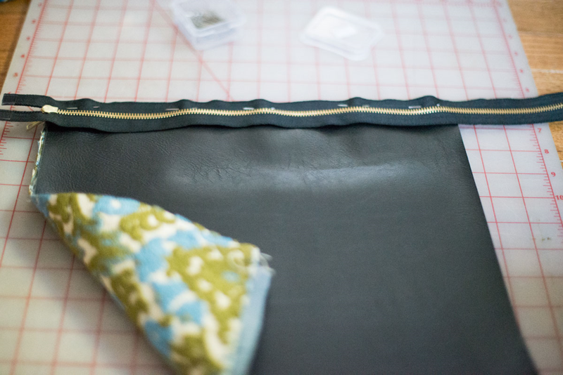 DIY leather foldover clutch (click through for free tutorial!)